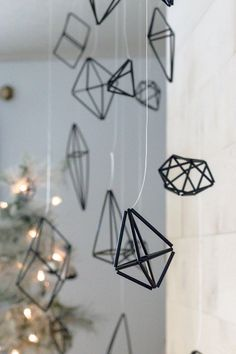 Learn how to make himmeli ornaments for your Christmas decor. These handmade Finnish-inspired Christmas tree ornaments are so easy and cheap to make, plus the geometric look adds a modern edge to your tree. Diy Christmas Ornaments, Christmas Projects, Christmas Decorations, Contemporary Christmas Ornaments, Christmas Ideas, Easy Fall Crafts, Diy Crafts, Cool Diy Projects, Art Projects
