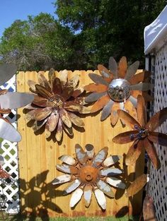 Garden Fence Art Inspiration Garden fencing is not just a simple way to protect from ruthless invaders. It has become a form of art, a nice addition to the whole decoration of your house. Garden Crafts, Garden Projects, Garden Art, Art Projects, Metal Projects, Herbs Garden, Garden Design, Welding Art, Welding Projects