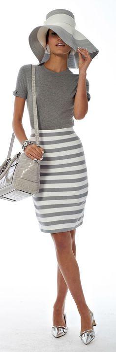 Chapeau blanc et gris à large bord, haut uni, jupe rayée, sac à main imitation crocodile gris, Kate Spade.
