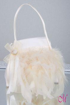 Limosnera de seda natural , decorada con plumas,lazo de organza y pistilo de flor. http://www.monetatelier.com/es/list/category/diademas-comunion