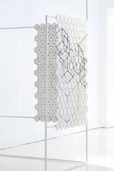 AD Collections, les pieces Annie Trussart et Pierre-Alain Cornaz pour MTX Broderie Architecturale Paravent Canopée, structure en acier laqué avec panneaux en cuir et tiges en laiton galvanisé.