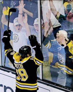 Reilly Smith completes the comeback in game 2 (5/3/2014) and acknowledges the fans...a beautiful part of the BRUINS way!