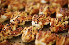 Sirkeli tuzlu kurabiye tarifiyle sirkenin hamura kattığı kıyır kıyır etkiye bayılacaksınız. Çay saatlerinize bu kurabiye çok yakışacak.