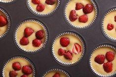 Tyto tvarohové dortíky při hubnutí jsou opravdu rychlé a snadné! Tento zdravý recept tedy určitě zvládneš a budeš si tak moci zpestřit svůj zdravý jídelníček n Healthy Deserts, Healthy Sweets, Healthy Baking, Clean Eating Recipes, Raw Food Recipes, Low Carb Recipes, Fitness Cake, Czech Recipes, Frijoles
