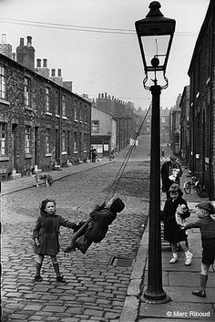Children on the pavements, Leeds, England, United Kingdom, 1954 - Marc Riboud. Robert Doisneau, Marc Riboud, Old Pictures, Old Photos, Fotografia Social, French Photographers, Black And White Pictures, Vintage Photographs, Historical Photos