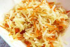 Jednoduchý salát z pěti surovin - kysané zelí, jablka, mrkev, cukr a olej. Zajímavá příloha k jídlu z masa i brambor.