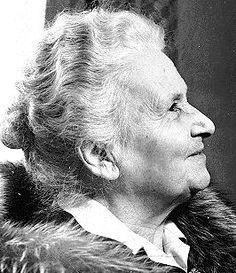 María Montessori fue una educadora, pedagoga, científica, médica, psiquiatra, filósofa, antropóloga, bióloga, psicóloga, feminista y humanista italiana. Fue la primera mujer italiana que se graduó en medicina. En su momento, sus ideas fueron innovaciones radicales que incluso levantaron controversias entre los sectores más conservadores.
