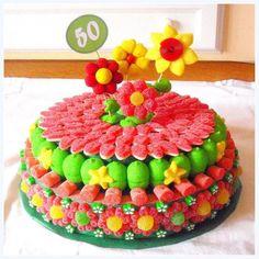 torta decorada con gomitas y caramelos