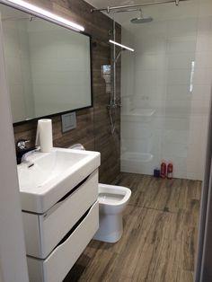 Schmales, Aber Supermodern Eingerichtetes Badezimmer Mit Dusche, Toilette,  Waschbecken Und Spiegel. #Einrichtung #Altbau #saniert | Gemeinsam Wohnen |  ...