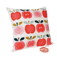 Coussin déhoussable au tissu motif Pommes pour une décoration vintage et colorée.    Livré avec sa bourre.    Découvrez le motif Pommes vintage décliné sur des lunch box, des cartes, des tasses...dans nos diverses catégories.    Housse : 40 x 40 cm.    Housse en coton, bourre polyester.   22,00 € http://www.lafolleadresse.com/coussins/4435-coussin-pommes-vintage.html