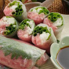 「長芋とマグロの生春巻き」のレシピと作り方を動画でご紹介します。ネギトロと長芋、万能ねぎ。和食の定番食材をライスペーパーで包みました!もちもちの皮と具材のシャキシャキ食感が楽しい一品。切り口がきれいでパーティー料理にもおすすめです♪ Healthy Meal Prep, Healthy Recipes, Eat To Live, Junk Food, Japanese Food, Fresh Rolls, Salad Recipes, Food And Drink, Menu