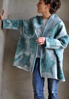 Gefilzte Jacke tragbare Kunst, die Filz Jacke Designer-Kleidung von Hand gemacht, Öko-Mode, Wolljacke Jacke Schöne leichte graue Jacke mit grün-blauen Blüten. Komplett in Handarbeit, ohne irgendwelche Nähte. Dünn und warm, zart und angenehm taktil. Hergestellt in der Technik des