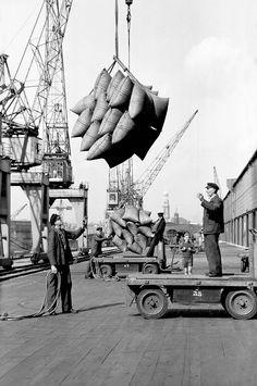 Beladen von Elektrokarren am Kai, Foto Germin 1953