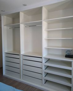 Quando o armário está bem distribuído! Wardrobe Design Bedroom, Master Bedroom Closet, Bedroom Wardrobe, Small Room Bedroom, Room Decor Bedroom, Kids Wardrobe, Bedroom Cupboard Designs, Bedroom Cupboards, Dressing Room Design