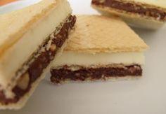 Sastojci za Knoppers: Oblande. Beli krem: 175 g maslaca, 1/4 šoljice šećera, 1/4 šoljice mleka, 1 šoljica mleka u prahu (150 g). Čokoladni krem: 100g maslaca, 3 kašike krema Nutella (160g), 1 kašika kakaa, 2 vrhom pune kašike seckanih oraha, 100 grama seckanog kikirikija, 2 smrvljena petit keksa. Dekoracija: 100 g mlečne čokolade.