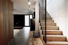 Wnętra domu jednorodzinnego : Industrialny korytarz, przedpokój i schody od Konrad Muraszkiewicz Pracownia Architektoniczna