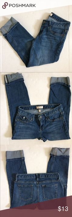 """Banana Republic cropped jeans Banana Republic cropped jeans. Size 2. Perfect alternative to jeans in the summer. Waist approx 14"""" laying flat, inseam approx 22"""" Banana Republic Jeans Ankle & Cropped"""