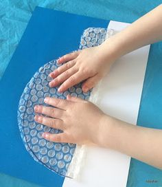 """My daughter and I made really """"cool"""" igloos by painting a piece of bubble wrap and making a print. I got the idea from Crafty Kids at Home. Winter Activities For Kids, Winter Crafts For Kids, Winter Fun, Art For Kids, Pumpkin Template Printable, Igloo Craft, Alex Craft, Artic Animals, Polo Norte"""