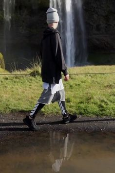 Justin Bieber wearing Fear of God Dropcrotch Drawstring Shorts, Off-White c/o Virgil Abloh Stripe Print Track Pants, Adidas Yeezy Boost Yea. Justin Bieber 2015, Justin Bieber Style, Tomboy Fashion, Mens Fashion, Justin Bieber Wallpaper, Outfits Hombre, White C, Georgia, Street Wear