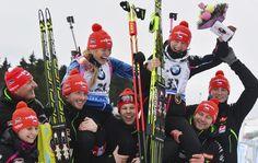 Gabriela Soukalová a Veronika Vítková na ramenou svého týmu