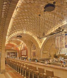 Arcos y bóvedas de azulejo de Guastavino en el Oyster Bar, de Grand Central Terminal, Ciudad de Nueva York, arquitectos Warren & Wetmore (1912). Fotografía © Michael Freeman. Señala encima para ver la imagen más grande.