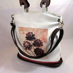 Vendyna-květy+Elegantní+kabelka,jednoduchého+střihu+pro+každodenní+využití+ušitá+z+krásné+světlounce+koženky,doplněno+o+moca+hnědou+na+předním+díle+motiv+květin+zapínání+na+zip+taška+je+určená+k+nošení+v+ruce--krásná+dřevěná+ucha+jsou+vyrobena+v+malé+truhlářské+dílně+a+namořená+tuto+kabelku+doplnuje+popruh,který+můžete+pomocí+staromosazných+karabin...