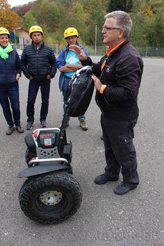 Andreas Wetzel ist der Tourleiter und erklärt, worauf es zu achten gilt, wenn man mit einem Segway unterwegs ist. Andreas, Monster Trucks, Hats, Vehicles, Black Forest, Hiking, Get Tan, Hat, Vehicle