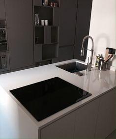Cucina su misura in laccato opaco con piano in quarzo e lavello ...