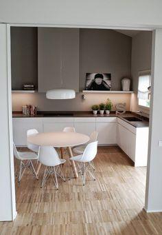 Cuisine design blanche arrondie avec plan de travail bois for Recherche table de cuisine