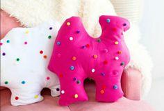 modele doudou fait main, dromadaire rose e dromadaire blanc à petits ronds multicolores, idée coussin jouet