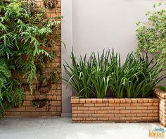 Sobraram tijolos da construção ou reforma da sua casa? Canteiros mais elevados são ótimos para deixar os pets mais afastados, diminuindo o risco de zoonoses e ainda de estragarem as hortas. Aproveite eles para construir um espaço de cultivo no seu jardim