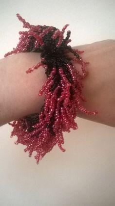 Bratara margele zburlita rosu si negru (60 LEI la aidreamate.breslo.ro) Lei, Handmade, Hand Made, Handarbeit