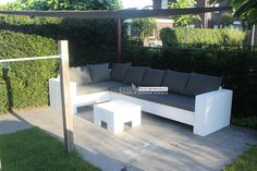 Witte Steigerhouten Hoekbank CALDERA! Behandeld met WIT RAL9010 en bijpassende All-Weather kussens kleur: BLACK