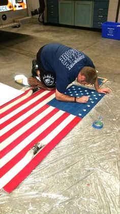 firefighter diy american flag from fire hoses Firefighter Room, Firefighter Crafts, Firefighter Paramedic, Firefighters Wife, Firemen, Firefighter Pictures, Volunteer Firefighter, Fire Hose Projects, Fire Hose Crafts