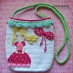 Bolsinha tiracolo com menininha aplicada, em crochê