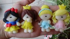 Mini princesas. Polymer Clay Miniatures, Fimo Clay, Polymer Clay Projects, Polymer Clay Charms, Clay Crafts, Diy And Crafts, Fondant Flower Tutorial, Polymer Clay Disney, Clay Magnets
