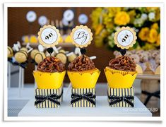 Tema que combina com meninos e meninas de até 3 anos, e também para chá de bebê. Confira as dicas de decoração para festa infantil abelhinhas! Favor Boxes, Mini Cupcakes, Party Time, Favors, Bee, Baby Shower, Cards, Forma Cupcake, Yellow Black
