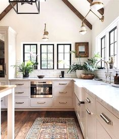 Cozy Home Interior I love the warm and wonderful vibe of this gorgeous kitchen Jean Stoffer Design.Cozy Home Interior I love the warm and wonderful vibe of this gorgeous kitchen Home Decor Kitchen, Kitchen Interior, New Kitchen, Home Interior Design, Kitchen Ideas, Kitchen Designs, Kitchen Images, Kitchen Black, Awesome Kitchen