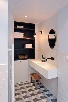 Sol Graphique Et Carrelage Blanc Dans La Salle De Bains Moderne Robinet Noir
