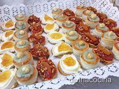 1.- Minivolován de gorgonzola con pera y avellana.2 .- Tostade queso de cabra y mermelada de naranja y jengibre. 3.- Canapé de sobrasada y miel con orejones y almendras… Divina Cocina.