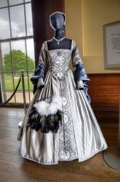 Tudor Display at Belsay - Julia Renaissance Costumes Renaissance Costume, Renaissance Dresses, Renaissance Fashion, Medieval Dress, Medieval Clothing, Tudor Dress, Tudor Costumes, Tudor Fashion, Fairytale Fashion