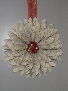 kerstkrans gemaakt van een oud boek.