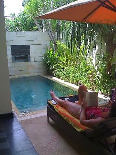 2 small backyard ideas designing chic outdoor spaces with for Patios pequenos con jacuzzi
