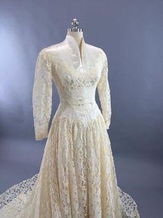 Vintage Ivory Lace and Satin Wedding Dress - Wedding Dresses Chic Vintage Brides, Vintage Wedding Photos, Vintage Bridal, Vestidos Vintage, Vintage Dresses, Vintage Outfits, Vintage Fashion, Form Fitting Wedding Dress, Bridal Dresses