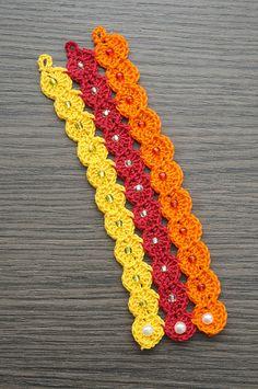 Bracciale eseguito a mano con l'uncinetto e realizzato con filo di cotone e perline colorate. Taglia small. http://www.flickr.com/photos/gioiedilillo/   http://www.misshobby.com/lill