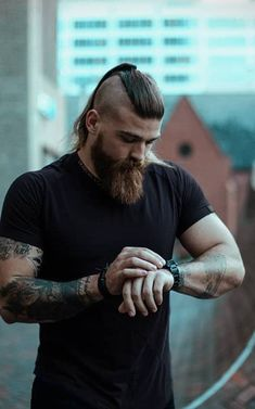 long beard with undercut ponytail beard Trendy Long Beard And Hairstyle Combinations For Men Viking Beard Styles, Long Beard Styles, Hair And Beard Styles, Long Hair Styles, Beards And Hair, Undercut Ponytail, Try Different Hairstyles, Fotografie Portraits, Viking Hair