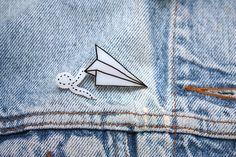Hoi! Ik heb een geweldige listing op Etsy gevonden: https://www.etsy.com/nl/listing/227794768/paper-plane-cute-indie-hand-drawn-brooch