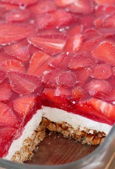 Strawberry Jello Pretzel Salad is a very tasty, old fashioned dessert that is so easy to prepare and that everyone loves. It consists of three different layers. The first one is made of crushed pretzels, sugar and melted butter and it´s baked for 10 minutes. Then, the second layer made of cream cheese, sugar and cool whip comes. For the third layer you will need strawberries, strawberry jello and water Strawberry Pretzel Jello, Jello Pretzel Salad, Strawberry Topping, Dessert Dishes, Dessert Recipes, Appetizer Recipes, Raspberry Recipes, Sweet And Spicy, Cakes And More