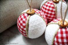 Palline di natale in patchwork semplici e veloci da realizzare e di grande effetto. La tecnica adottata per realizzare queste palline natalizie è il patchwork.