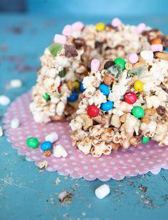 Popcorn-kakun innoittajana ovat amerikkalaisen ylenpalttiset herkkujälkiruuat. Sattumien laatua ja määrää voi vaihdella mielen mukaan.